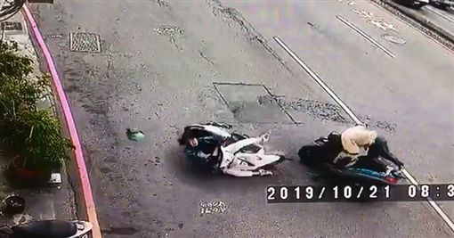 扯!老翁逆向騎車 正面撞翻女騎士安全帽也噴飛