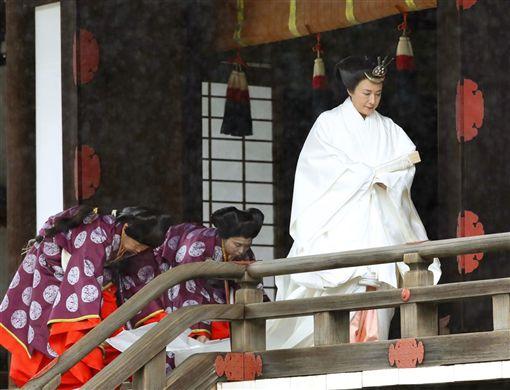 皇后雅子(右)身穿純白的「十二單」傳統服飾,髮型採用平安時代貴族女性「大垂髮」,完成在皇居內宮中三殿舉行的儀式。(共同社提供)