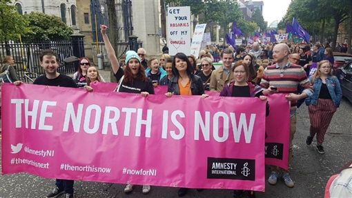 英國北愛爾蘭21日放寬同性婚姻和墮胎法規定,與英國本島法律一致。圖為國際特赦組織聲援北愛爾蘭放寬同性婚姻和墮胎法活動。(圖/翻攝自twitter.com/gteggart)