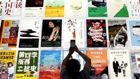 貿易戰掃到出版品  美籍作者在中國出版卡關中國出版業的資深編輯指出,受中美貿易戰影響,美籍作者的書籍幾乎都遭延遲出版,而這項未見明文的政策何時結束,仍是未知數。圖為7月在中國西安舉行的第29屆全國圖書交易博覽會。(中新社提供)中央社  108年10月22日