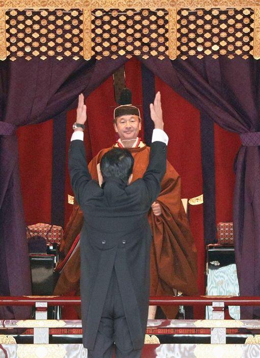 安倍致詞完畢後,面對日皇德仁舉雙手大呼3聲「萬歲」。(共同社提供)