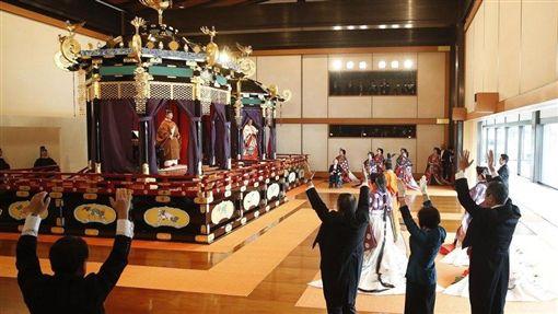 日皇德仁今年5月1日即位,22日下午在皇宮的「松之間」舉行向海內外宣布即位的「即位禮正殿之儀」,觀禮者包括外國元首、使節等約2000人。(共同社提供)