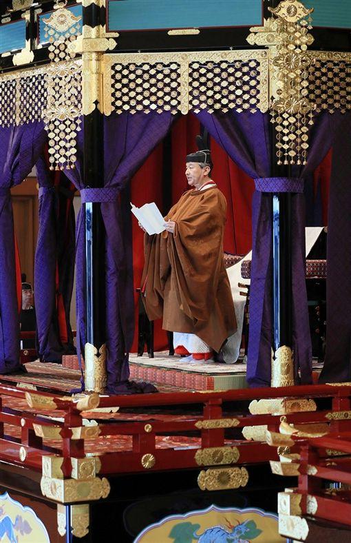 日皇德仁穿著黃櫨染御袍登上皇居宮殿松之間的高御座,在國外元首及各國代表等人面前致詞宣告即位。(共同社提供)
