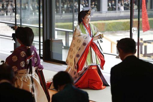 皇后雅子在「即位禮正殿之儀」穿著傳統服飾「十二單」。(共同社提供)