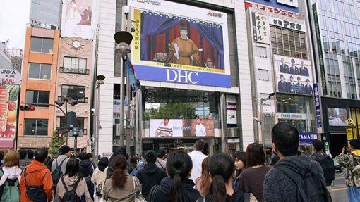 日皇德仁22日在「即位禮正殿之儀」向海內外宣告即位,東京街頭電視牆轉播實況吸引民眾佇足。(圖/共同社提供)