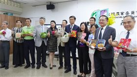 台灣農產拓銷新加坡亮眼  109年可望豬肉外銷農委會22日召開「新加坡拓銷暨台灣農產品108年1至9月外銷成果」記者會,農委會主委陳吉仲(左7)表示,今年1到9月台灣農產品出口新加坡7258萬美元、較去年同期增8.2%,其中稻米出口343公噸、成長逾2倍;台灣明年成口蹄疫非疫區後,豬肉也將銷往星國。中央社記者楊淑閔攝  108年10月22日