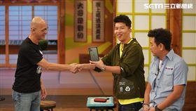 主持人庹宗康與來賓張立東、Jeff、Jessica、忻彤、Liya合照。 恭喜Liya獲得自拍機器人。 恭喜立東獲得最新 Iphone 11。