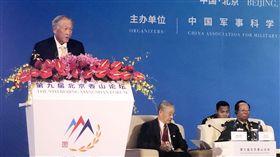 新加坡防長:美中愈疏遠  其他國家就愈難中立新加坡國防部長黃永宏(左)22日在北京香山論壇表示,隨著美國與中國愈來愈疏遠,所有國家就愈來愈難保持中立的原則立場。美中尋找共識的道路可能困難重重,但不尋找共識的後果卻更沉重。中央社記者邱國強北京攝  108年10月22日