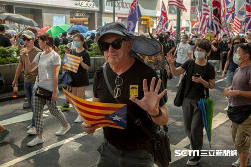 ▲香港反送中運動,10月20日九龍大遊行。現場也有外國人高舉五大訴求,缺一不可的手勢,以及高舉代表加泰羅尼亞的旗幟。(圖/駐香港特約記者王志杰攝影)