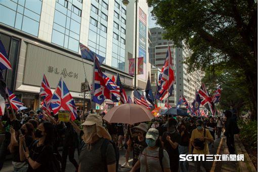 ▲香港反送中運動,10月20日九龍大遊行。示威現場出現多國國旗。(圖/駐香港特約記者王志杰攝影)