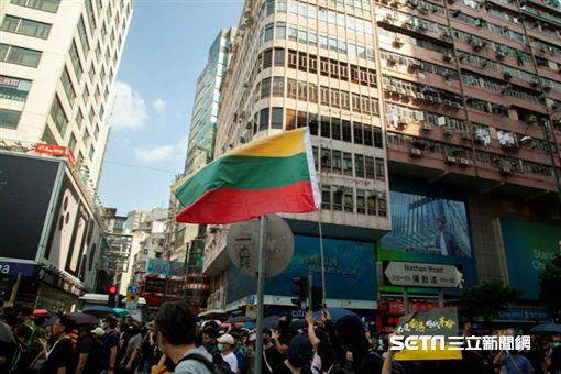 ▲香港反送中運動,10月20日九龍大遊行。示威現場出現多國國旗,圖為立陶宛國旗。(圖/駐香港特約記者王志杰攝影)