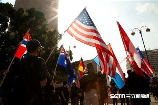 ▲香港反送中運動,10月20日九龍大遊行。示威現場出現多國國旗。(圖/駐香港特約記者王志杰攝影),美國國旗
