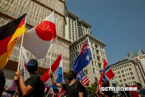 ▲香港反送中運動,10月20日九龍大遊行。示威現場出現多國國旗。(圖/駐香港特約記者王志杰攝影),德國,日本,澳洲,法國國旗