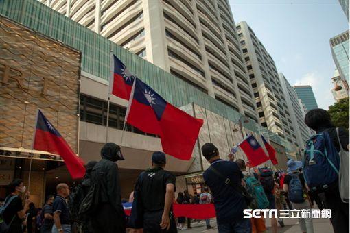 ▲香港反送中運動,10月20日九龍大遊行。其中更有人高舉台灣國旗。(圖/駐香港特約記者王志杰攝影)中華民國國旗
