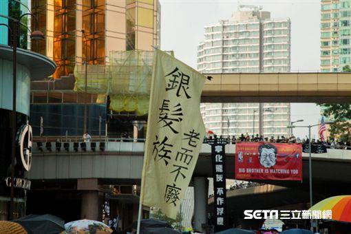 ▲香港反送中運動,10月20日九龍大遊行。有老人團體舉起「銀髮族,老而不廢」示意支持學生。(圖/駐香港特約記者王志杰攝影)中華民國國旗