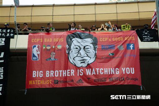 ▲香港反送中運動,10月20日九龍大遊行。諷刺中國的橫額。(圖/駐香港特約記者王志杰攝影)