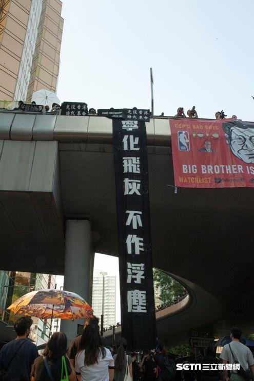 ▲香港反送中運動,10月20日九龍大遊行。「寧作飛灰,不作浮塵」。(圖/駐香港特約記者王志杰攝影)