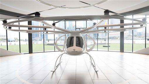 新加坡展出空中計程車德國企業Volocopter的空中計程車22日在新加坡濱海灣上空試飛,測試過程約3分鐘。圖為放置在展場的空中計程車。中央社記者黃自強新加坡攝  108年10月22日