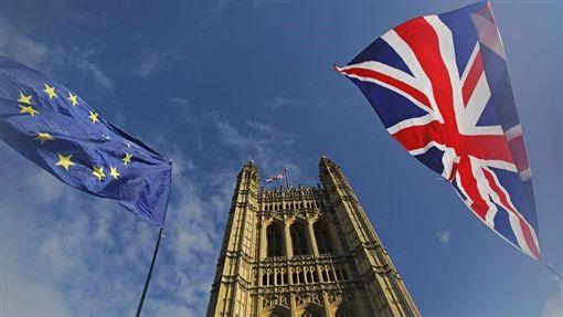 英國下議院22日通過「退出協議法案」二讀表決,這是脫歐協商以來,下議院首次通過脫歐相關法案。不過,首相強生的緊湊脫歐時程表隨後遭到否決。圖為倫敦維多利亞塔前的英國國旗及歐盟旗幟。(法新社提供)
