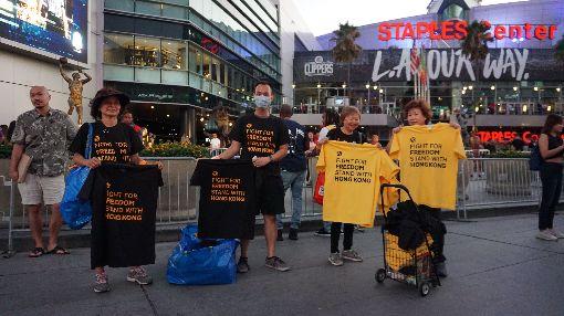 NBA球季開打  場外球迷號召挺香港美國職籃NBA球季開打,22晚間在洛杉磯上演湖人對上快艇的開幕戰,場外有球迷號召支持香港、言論自由的活動,發放黑色、黃色上衣給進場球迷。中央社記者林宏翰洛杉磯攝  108年10月23日