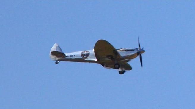 二戰英國傳奇戰機抵台 軍事航空迷卡位拍攝