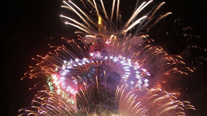 台北101跨年煙火3百秒大秀 「全球最高矩形螢幕」亮相