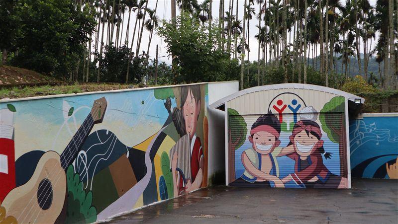 花蓮樂合國小將迎120歲生日 童趣畫面躍上牆
