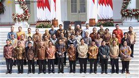 佐科威新內閣亮相印尼總統佐科威(前排左6)23日宣布新內閣,前獨裁時代退將普拉伯沃(第2排左6)擔任國防部長,獨角獸Go-Jek創辦人納迪姆(後排左1)擔任教育及文化部長。(印尼國務秘書處提供)中央社記者石秀娟雅加達傳真 108年10月23日