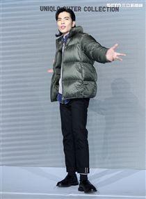 蕭敬騰代言品牌服飾貼心幫粉絲穿衣。(記者邱榮吉/攝影)