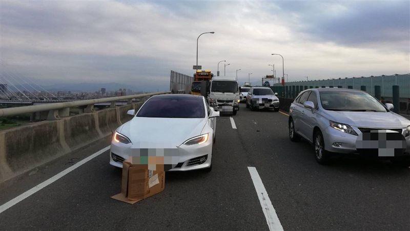 3百萬特斯拉為閃紙箱急煞 慘遭貨車追撞網驚:要緊某?