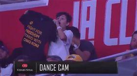 小球迷突然在「Dance Cam」挺港T恤。(圖/翻攝自推特)