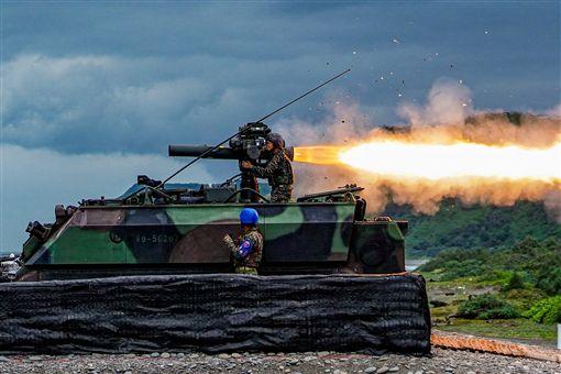 海陸「飛彈女神」!射擊飛彈長焰拖10公尺 精準命中標靶,圖/翻攝自中華民國海軍臉書