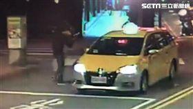 鄭姓男子身穿黑衣在吳興街埋伏,持刀砍傷情侶檔後搭計程車離開現場(翻攝畫面)