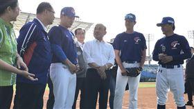 行政院蘇貞昌院長與世界棒球12強代表隊選手教練合影。(圖/體育署提供)