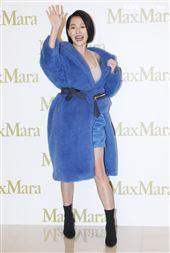 小S出席Max Mara 快閃店開幕,一掀開大衣「裡面沒穿」肉胎衣曝光。(記者邱榮吉/攝影)
