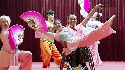 鳥與水舞集在漢城僑中公演 展現生命教育應邀來韓演出的台灣「鳥與水舞集」24日在漢城華僑中學舞出生命教育,這群眼盲肢障者展現出特殊美學藝能,更激勵大家熱愛生命,珍惜生命的美好。中央社記者姜遠珍首爾攝  108年10月24日