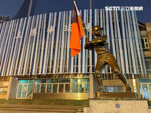 立德棒球場棒球小英雄銅像被人綁國旗(圖/讀者「中都猜拳王」提供)