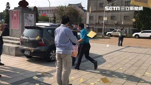 不滿國民黨金門縣黨部換主委,黨員李志鴻前去撒冥紙,遭主委石兆暋一拳毆打