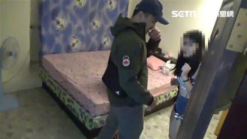 台北市萬華分局攻陷鑽石大樓,一舉逮獲42名賣淫女子(翻攝畫面)