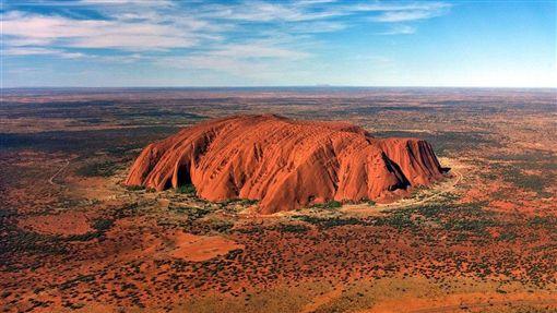 經過原住民數十年的抗爭,澳洲政府決定禁止遊客攀爬烏魯魯(Uluru)巨岩。(圖取自維基共享資源網頁;作者Corey Leopold,CC BY 2.0)