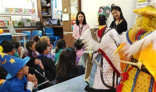 印度新德里,英國學校,國際日,布袋戲,師生著迷(圖/駐印度代表處教育組提供)中央社