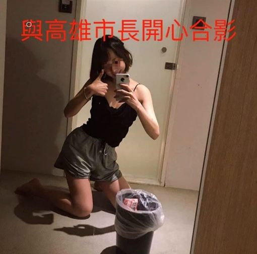 「I died for Taiwan independence and I like asian girls 台湾の女の子」PO出一張寫著「與高雄市長開心合影」,臉書