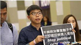 黃之鋒10月24日至香港區議會選舉抽籤現場抗議。(圖/翻攝自黃之鋒 Joshua Wong臉書) https://www.facebook.com/joshuawongchifung/photos/pcb.2553017284790764/2553015984790894/?type=3&theater