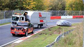 ▲BMW M3、保時捷911 GT3在紐柏林賽到出車禍(圖/翻攝carscoops)