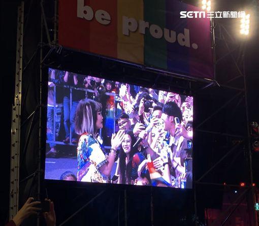 歌手黃麗玲A-Lin遊行開唱被搶麥唱完!攤手傻眼笑說怎麼辦…全場笑開懷  記者鄭尹翔攝影