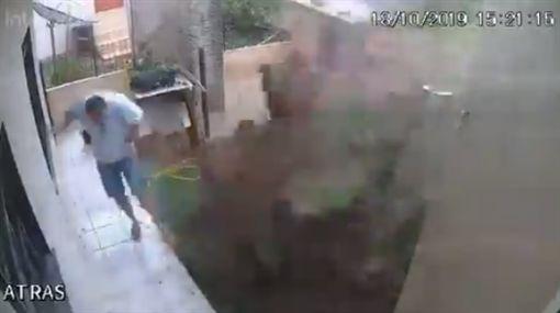 巴西男火攻蟑螂窩 把家中院子炸了/推特