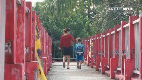 學童走危橋1200