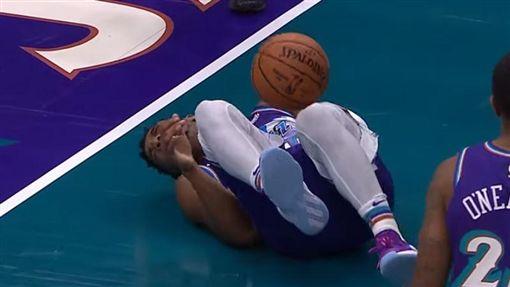 Donovan Mitchell遭球擊中胯下。(圖/翻攝自YouTube)