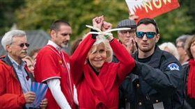 奧斯卡,Jane Fonda,BAFTA,被捕,逮捕,畫面,致敬,影片,暖化,抗議, 圖/翻攝自推特