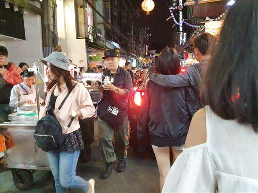 轎車開進士林夜市遊客看傻眼 網驚:導航壞了?(圖/翻攝自我是北投人臉書)